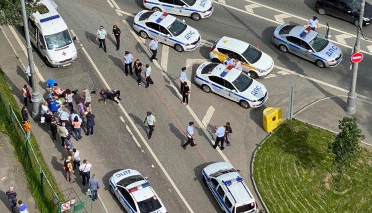 В Москве таксист открыл стрельбу по полицейским. Есть раненые. ВИДЕО