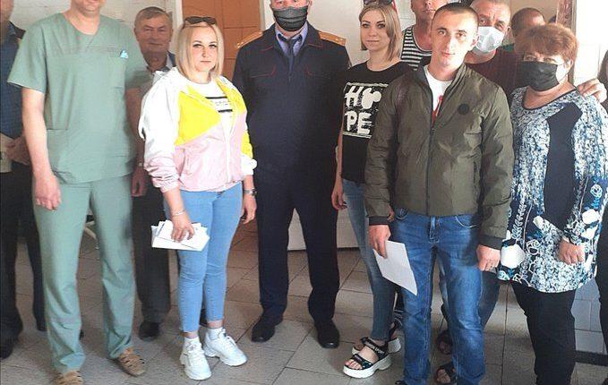 Белгородскому следователю пририсовали защитную маску на фото со встречи с медиками