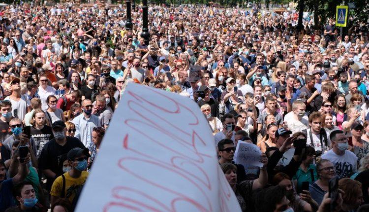 Протесты в Хабаровске: власти угрожают протестующим ковидом и уголовными делами