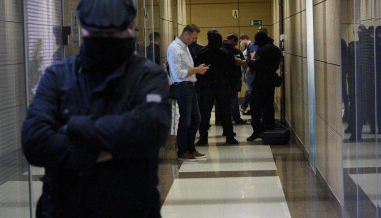 Силовики пришли с обыском в офис ФБК в Москве, а Навального допросили по делу о клевете