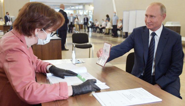 Путин и Мишустин проголосовали по поправкам без маски и перчаток. За это их должны оштрафовать