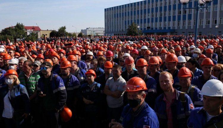 Тысячи рабочих Минского тракторного завода вышли на марш против Лукашенко. ВИДЕО