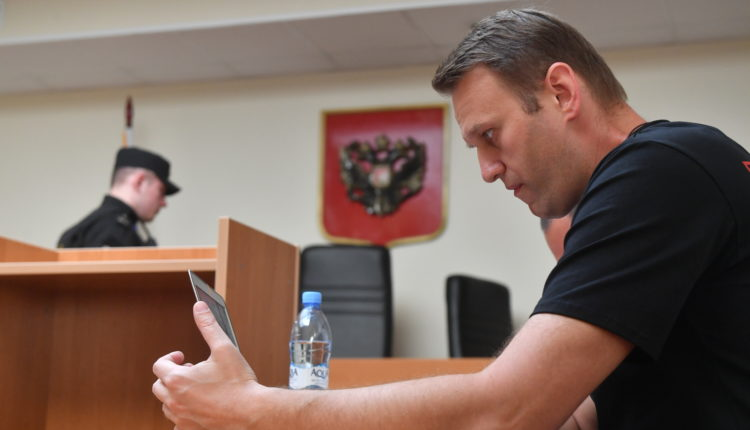 Пока Навальный лежит в коме, суд взыскал с него 3,3 млн рублей по иску мясокомбината «Дружба народов»