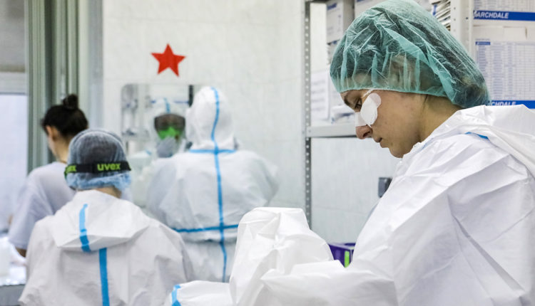 В Петербурге почти половину заразившихся коронавирусом медиков оставили без «путинских» выплат