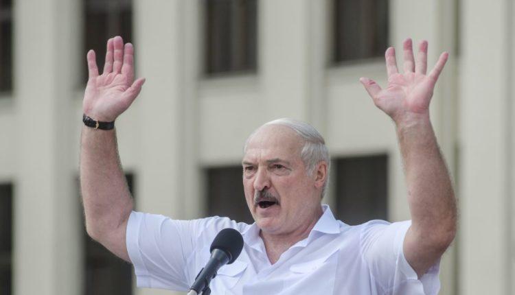Рабочие завода освистали выступавшего перед ними Лукашенко и потребовали у него уйти в отставку. ВИДЕО