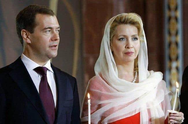Путин разрешил Медведеву и его жене иметь дипломатические паспорта
