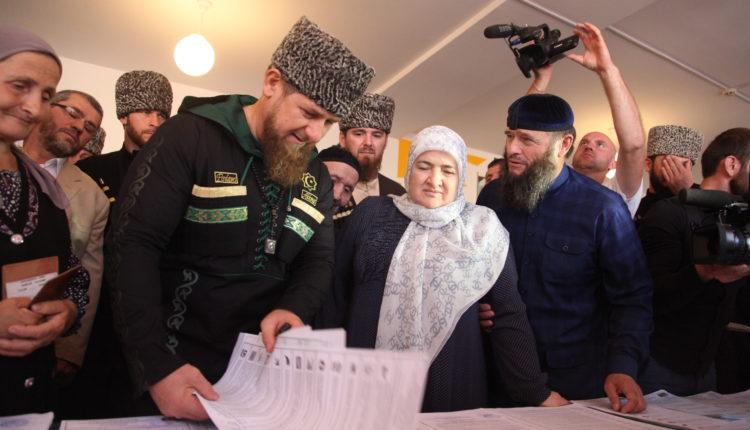Чеченским школьникам дарят миллионы рублей и iPhone за хвалебные стихи о семье Кадырова. ВИДЕО