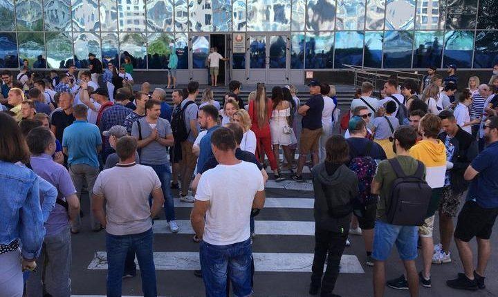 Сотрудники белорусских госканалов и радиостанций объявили забастовку. В эфире «Беларуси 1» демонстрировался пустой диван