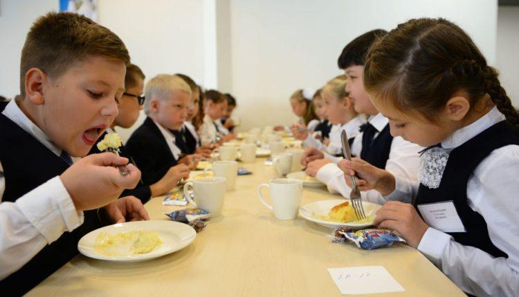 Ученики начальных классов во многих регионах не получат обещанное Путиным полноценное горячее питание