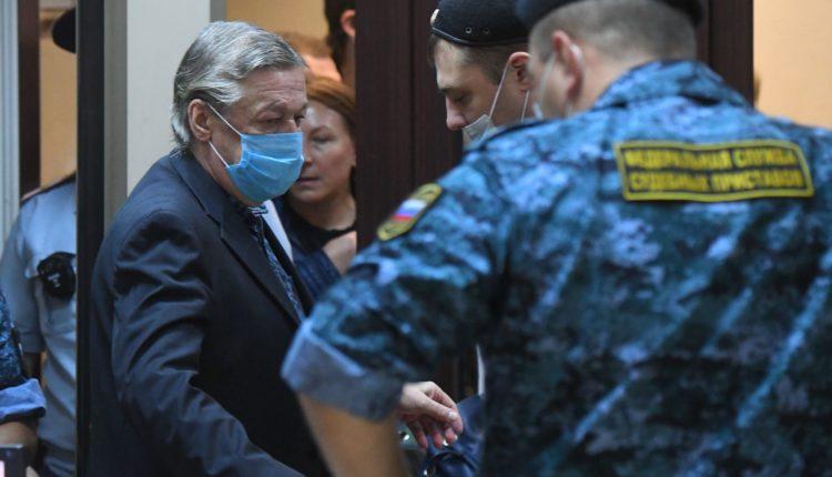 Михаила Ефремова приговорили к длительному тюремному сроку за пьяное ДТП со смертельным исходом