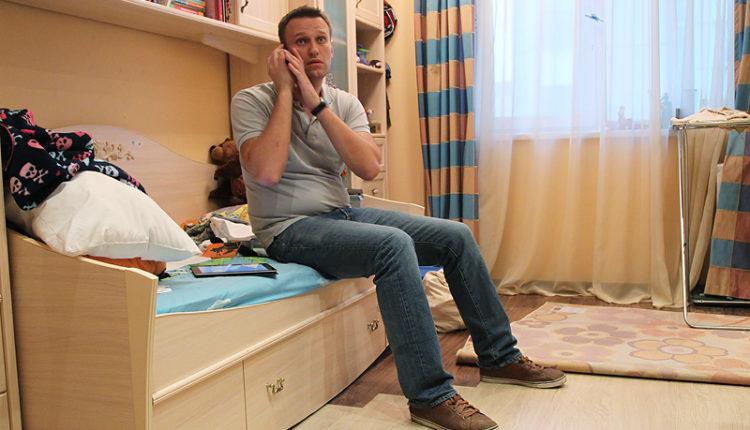 Приставы наложили арест на долю в квартире и счета Навального
