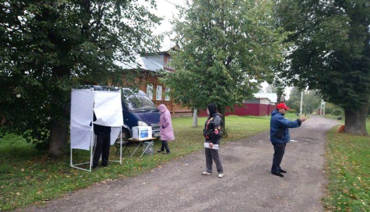 Российским избирателям вновь предложили голосовать на лавочках, в багажниках и других необычных местах. ФОТО