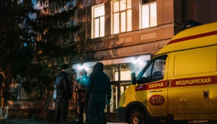 Замминистра здравоохранения Омской области отстранили от работы после того, как к ведомству на скорых привезли больных COVID-19, которым не хватило мест в больницах