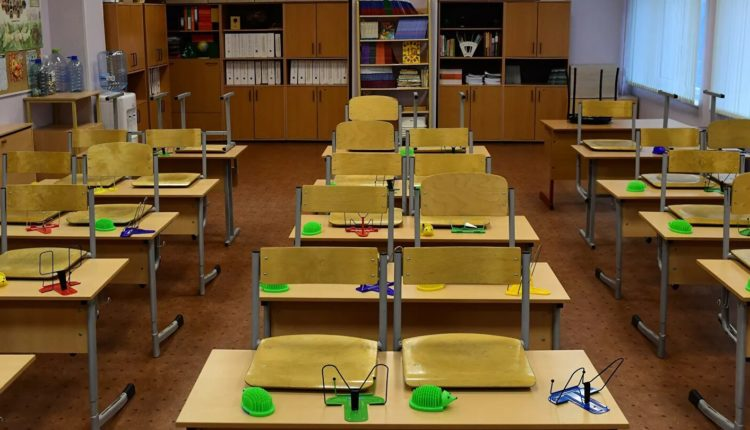 Ученики старших классов московских школ отправятся на дистанционное обучение