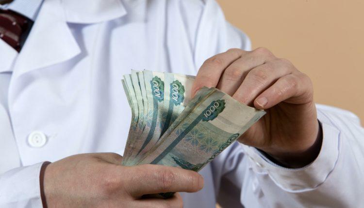 Половина российских врачей пожаловалась на падение заработка во время пандемии