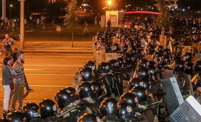 МВД Белоруссии пригрозило протестующим применением боевого оружия. ВИДЕО