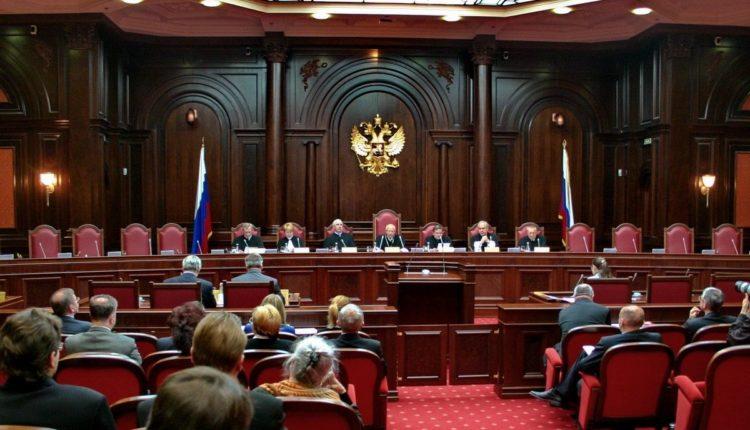 Госдума одобрила поправки, которые запрещает судьям КС критиковать его решения и публиковать особое мнение