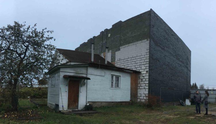 Компания ярославского депутата распилила дом многодетной семьи и пристроила к нему офисное здание