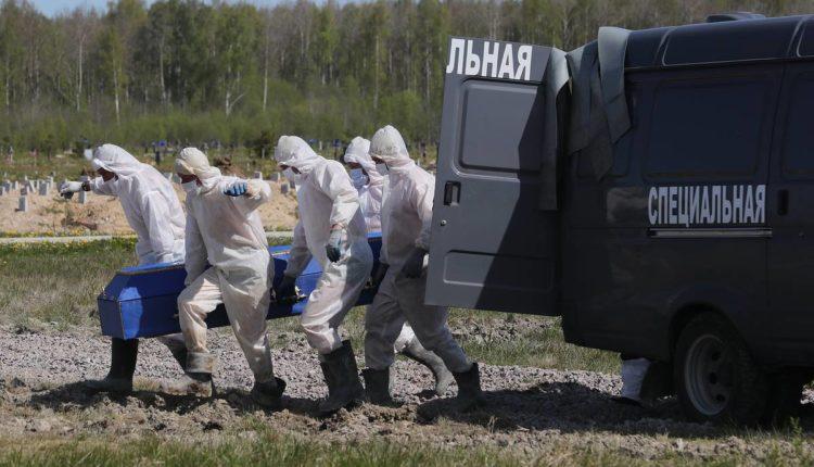 Избыточная смертность в России с начала пандемии в четыре раза превысила данные оперативного штаба о количестве смертей от COVID-19