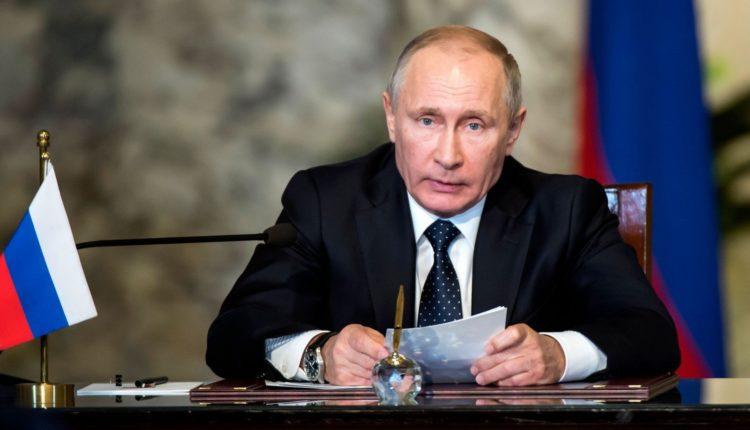 Треть россиян, по версии ФОМ, не доверяют Владимиру Путину
