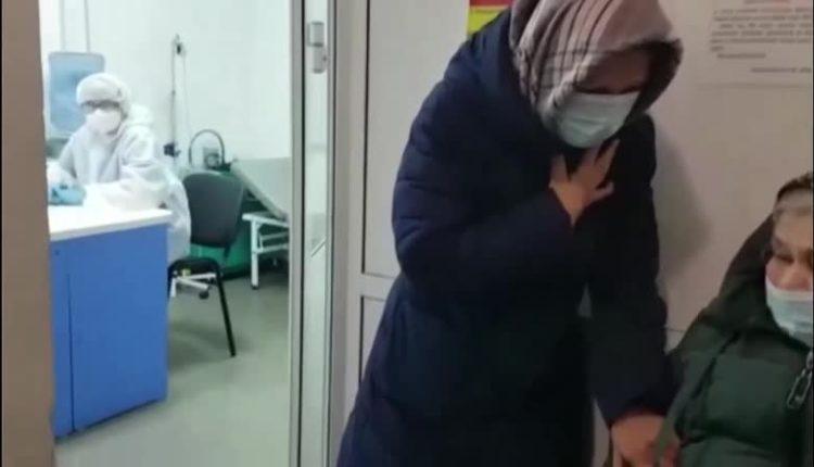 «Я ее домой умирать не повезу!». В Хакасии фельдшер скорой не могла определить в больницу 90-летнюю пациентку в плохом состоянии. ВИДЕО