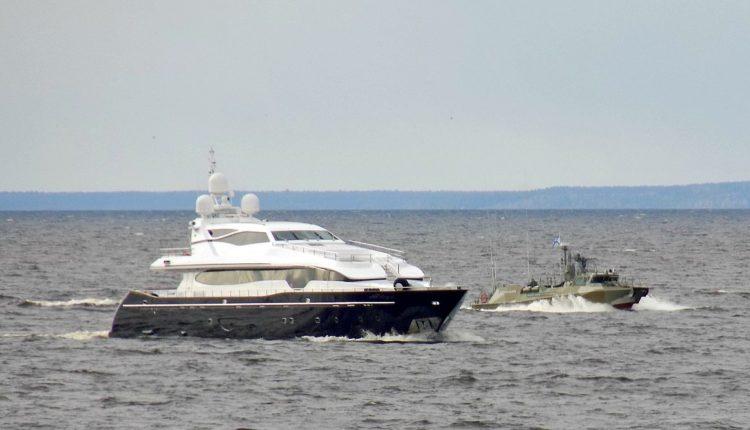 Фото яхты близкой подруги Путина в сопровождении военного катера ВМФ исчезло из базы судов