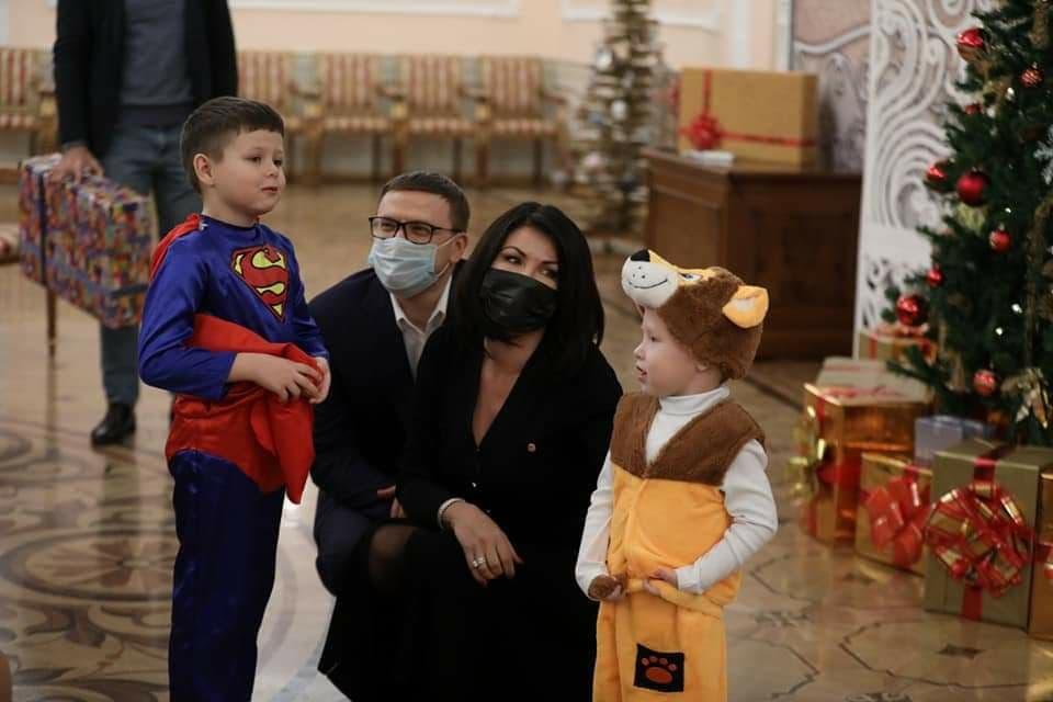 Губернатор Алексей Текслер и Ирина Текслер пиарятся, раздавая подарки