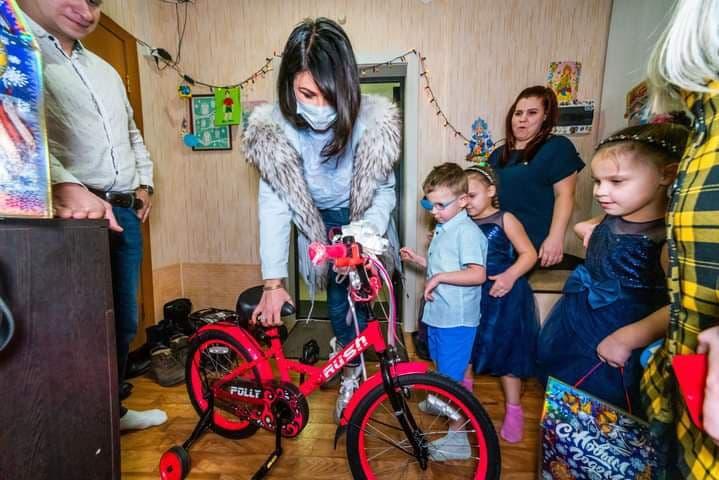 Ирина Текслер раздаёт подарки