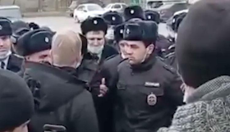 В Дагестане уволили полицейских, вышедших на сход в поддержку начальника