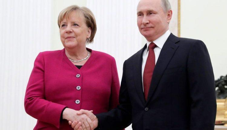 Кремль вырезал упоминание Навального из стенограммы разговора Путина с Меркель