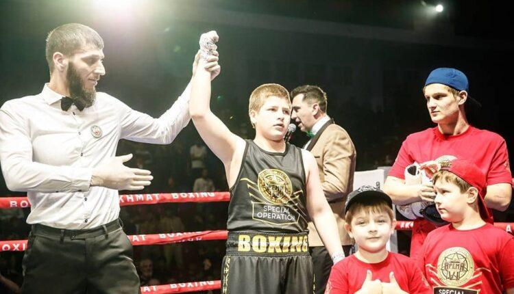 13-летний сын Кадырова «победил» соперника в боксерском поединке нокаутом без нокаута. ВИДЕО