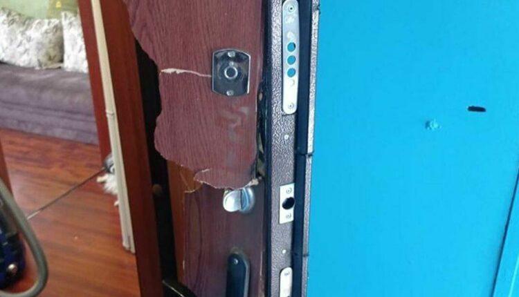 В Алтайском крае силовики по ошибке вырезали дверь в квартиру женщины с детьми