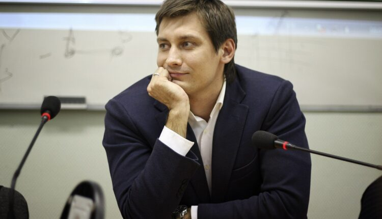 Силовики явились с обысками к политику Дмитрию Гудкову и экс-председателю «Открытой России»
